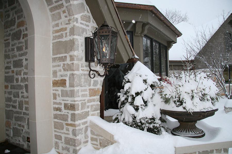 solara-custom-classic-steel-outdoor-lighting-entrance-praha