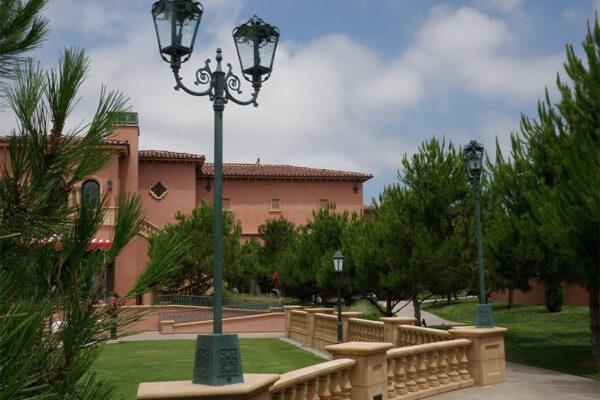 The-Grand-Del-Mar-Outdoor-Lighting-Steel-Napa-OLS-CLA-D-001-Post--Plaza-Square-(31)-como-objeto-inteligente-1