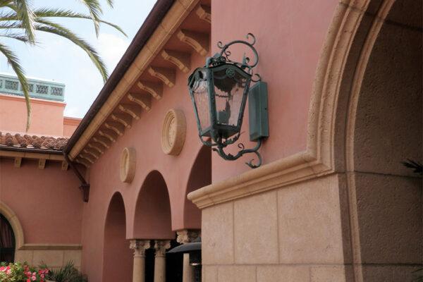 The-Grand-Del-Mar-Outdoor-Lighting-Steel-Napa-OLS-CLA-D-001-Post--Plaza-Square-(9)-como-objeto-inteligente-1