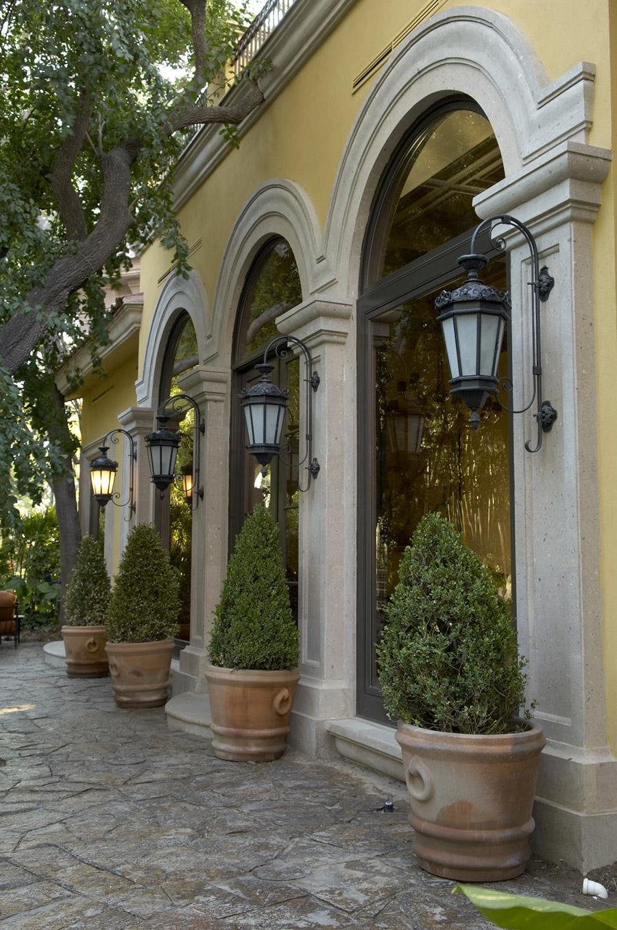 Chianti-OLS-CLA-E-003-classic--outdoor-Steel-Lighting-Post-Santa-Barbara-Residence-(24)