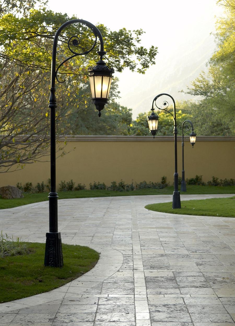 Chianti-OLS-CLA-E-003-classic--outdoor-Steel-Lighting-Post-Santa-Barbara-Residence-(34)