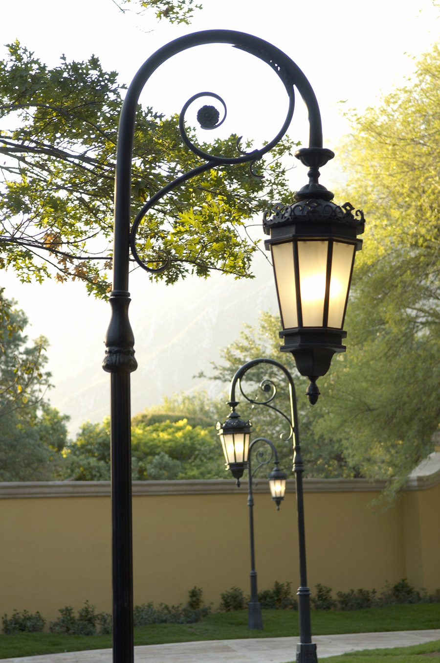 Chianti-OLS-CLA-E-003-classic--outdoor-Steel-Lighting-Post-Santa-Barbara-Residence-(35)