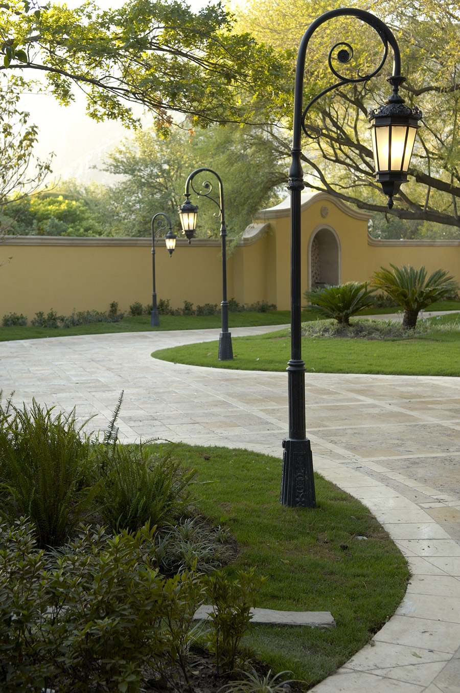Chianti-OLS-CLA-E-003-classic--outdoor-Steel-Lighting-Post-Santa-Barbara-Residence-(36)