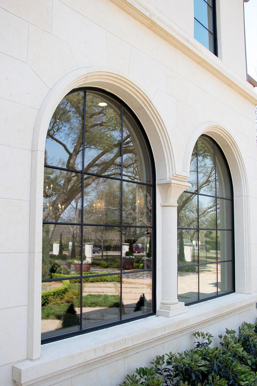 Deloache-Residence-classic-steel-outdoor-lighting-architectural-doors-railing-winnecellar-(10)
