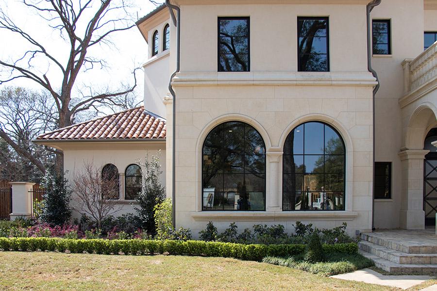 Deloache-Residence-classic-steel-outdoor-lighting-architectural-doors-railing-winnecellar-(17)