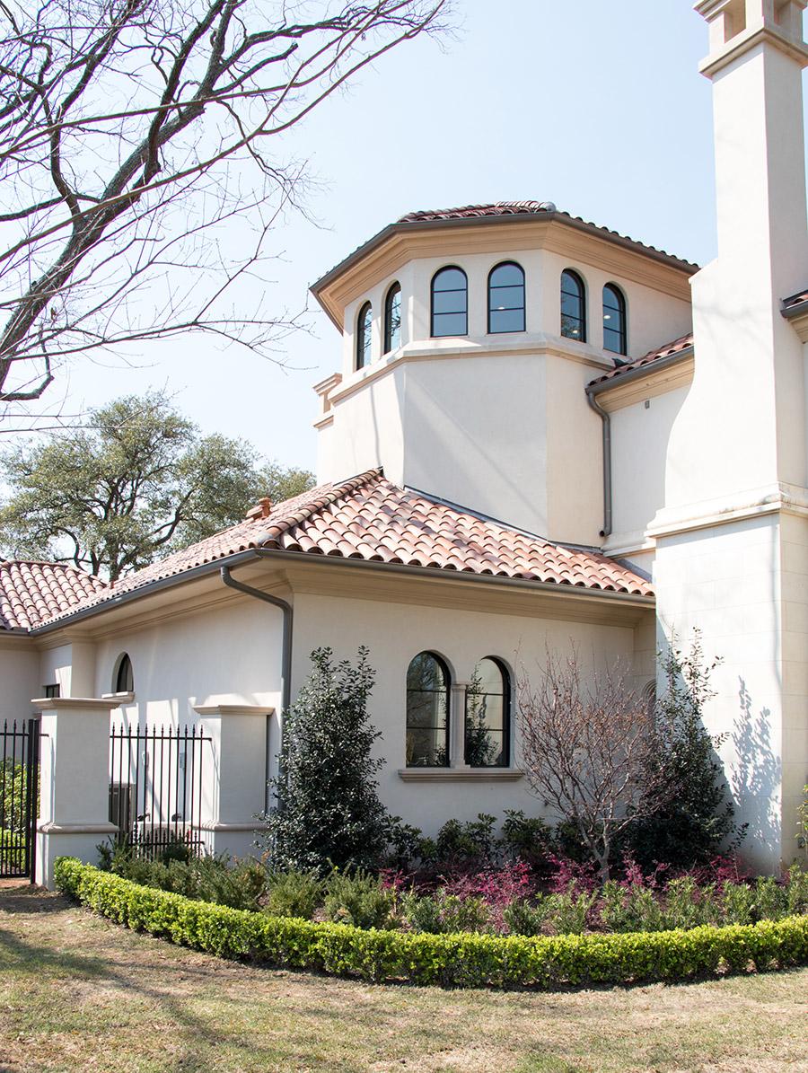Deloache-Residence-classic-steel-outdoor-lighting-architectural-doors-railing-winnecellar-(19)