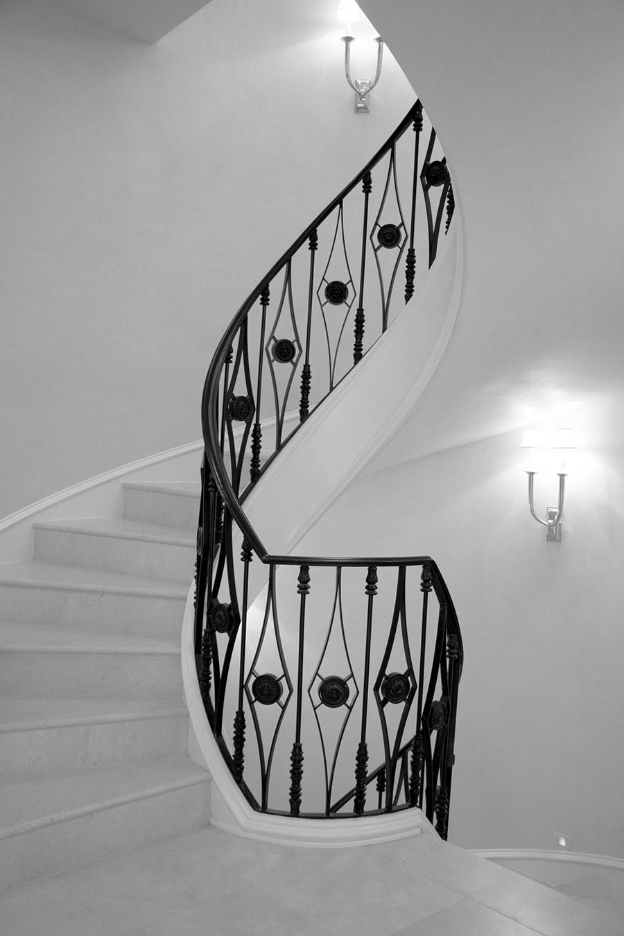 Deloache-Residence-classic-steel-outdoor-lighting-architectural-doors-railing-winnecellar-(26)