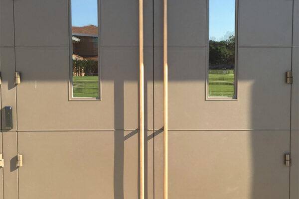 EDS-Chapel-Steel-commercial-pivot-bronzepullhandles-doors-(5)-como-objeto-inteligente-1